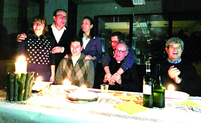 """Il Vescovo incontra i """"Giovani in Cammino"""". A cena con i ragazzi seguiti da Elisa e Roberto"""