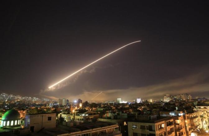 Siria: Usa, Gran Bretagna e Francia attaccano nella notte. Colpiti un centro di ricerca, un deposito di armi chimiche e un impianto di stoccaggio